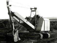 Экскаватор ЭО-4111В с обратной лопатой. Фотографии сделаны в городе Электросталь Московской области весной 1991 года.