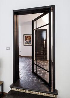 Pivoterende steellook deur met omlijsting (ideaal voor renovatie) Sliding Doors, Glass Door, Plank, Oversized Mirror, Windows, Modern, House, Furniture, Home Decor