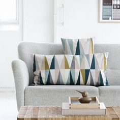 Het Ferm Living Spear multi #kussen large zorgt met een mooi kleurenpalet en geometrisch motief voor sfeer op de #bank. #woonkamer