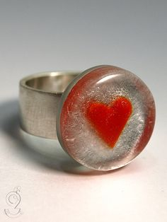 Hearted – dearest heart ring with a red heart on top of a silver bottom in resin on a ring made of 925 sterling silver for lovers   ///// © Isabell Kiefhaber www.geschmeideunterteck.de