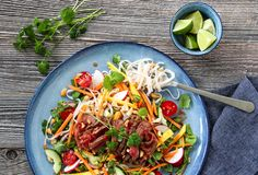 TI NYDELIGE SALATER MED SMAK AV SOMMER   TRINES MATBLOGG Chili, Spicy, Recipies, Food And Drink, Eat, Ethnic Recipes, Noodle Salads, Cilantro, Recipes