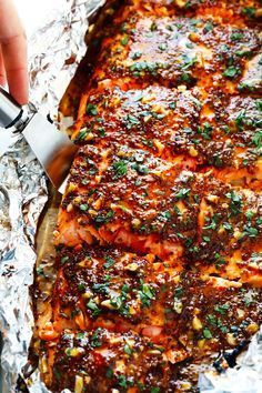 This recipe for honey mustard salmon in foil is the BEST. It is le .- Dieses für Honig-Senf-Lachs in Folie ist das BESTE. Es ist le… This recipe for honey mustard salmon in foil … - Salmon Dishes, Seafood Dishes, Fish And Seafood, Seafood Pasta, Seafood On The Grill, Seafood Appetizers, Tilapia Dishes, Seafood Meals, Homemade Honey Mustard