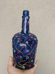 Recycled Glass Bottles, Glass Bottle Crafts, Painted Wine Bottles, Diy Bottle, Bottle Art, Decorated Bottles, Painting Glass Jars, Bottle Painting, Christmas Wine Bottles