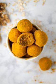 be healthy-page: Raw Turmeric-Dusted Snack Balls Raw Turmeric, Turmeric Smoothie, Turmeric Recipes, Vegan Desserts, Raw Food Recipes, Snack Recipes, Flour Recipes, Recipes Dinner, Best Nutrition Food