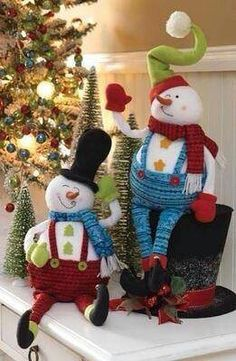 Merry Christmas-Cute sitting on the Hat Frosty The Snowmen, Cute Snowman, Snowman Crafts, Christmas Mantels, Christmas Snowman, Christmas Decorations, Christmas Ornaments, Merry Christmas, Christmas Projects