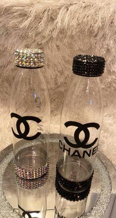 Water Bottle Crafts, Diy Bottle, Water Bottles, Diy Crafts To Do, Diy Resin Crafts, Glitter Wine, Glitter Cups, Bling Bottles, Bedazzled Bottle