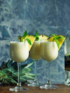 Piña colada på ljus rom | ELLE mat  vin Cocktail Desserts, Cocktail Drinks, Cocktails, Pina Colada Recept, Refreshing Drinks, Yummy Drinks, Gin, Desert Bar, Food Art