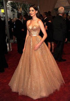 OMG! Anne Hathaway in a beautiful princess- like gown. Champagne Pink chiffon with metallic garments & heart shape cleavage... Just lovely!!!