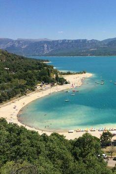 Zwemmen in stuwmeer Lac de Sainte-Croix met prachtige zandstranden, Provence, Frankrijk
