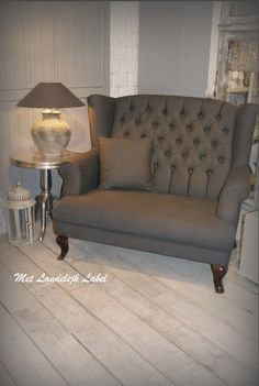 Chique fauteuil! Mooi in combinatie met stoere kleuren en accessoires. Voor meer inspiratie zie de site van: Met Landelijk Label. nl
