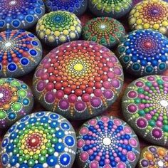 Piedras pintadas para decorar. 12 fantásticas ideas: http://javies.com/2015/04/27/piedras-pintadas/  #recycle #recycling #crafts # by javies