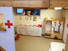 Inspiratie voor een ziekenhuis-hoek. Met witte kleden en een rood kruis, lijkt het al snel wat! Play Corner, Kids Corner, Dramatic Play Themes, Kindergarten, Doctor Office, Play Centre, Classroom Fun, Learning Centers, Pre School