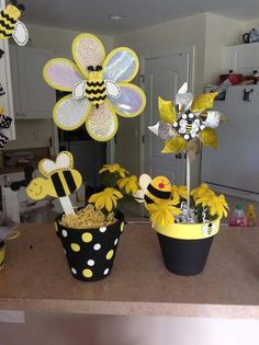 Bumble Bee Centerpieces Bumble Bee Mittelstücke Source by . Baby Shower Parties, Baby Shower Themes, Shower Ideas, Shower Baby, Bumble Bee Birthday, Mommy To Bee, Clay Pot Crafts, Gender Neutral Baby Shower, Bee Theme
