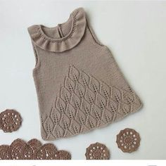 27 New Ideas Crochet Bebe Poncho Knitting Patterns Baby Knitting Patterns, Knitting For Kids, Knitting Designs, Knit Baby Dress, Baby Cardigan, Knitted Poncho, Baby Sweaters, Crochet Baby, Kids Outfits