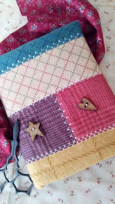 Sewing Projects, Projects To Try, Diary Covers, Crazy Patchwork, Ideias Diy, Needle Book, Book Journal, Fabric Covered, Hand Embroidery