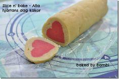 """I USA så finns det färdig kakdeg på rulle som kallas """"slice and bake"""" för man behöver bara skära skivor och stoppa in dom i ugnen. Man kan förstås göra egna kakdegsrullar och förvara i kylen och sen bara skära upp kakor när man behöver. Jag testade att göra en Alla hjärtans dag version av […]"""