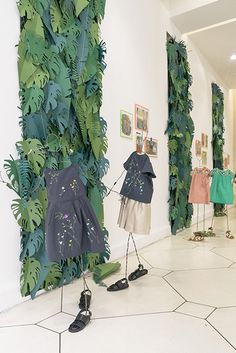 What Makes Great Design – Walls with Personality Visual Merchandising, Diy Paper, Paper Art, Deco Jungle, Paper Plants, Partys, Store Displays, Stage Design, Retail Design