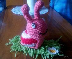 Horgolt csigusz fűvön A csigusz szivaccsal van töltve. 15 cm magas csáp nélkül, fűvel 19 cm széles, 74 gr-os Ára: 1 500 ft + postaköltség Crochet Necklace, Crochet Collar