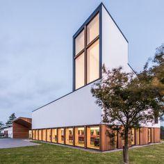 Mooie eenvoudige vormgeving en balans tussen open en dichte vlakken; North Methodist Church by Dalman Architecture