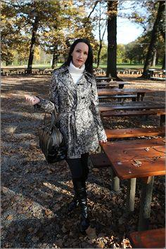 Herbst-Fashion Look – Python Coat Mantel und Pullover im Park
