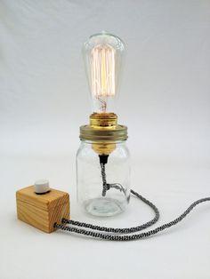 une lampe a poser vintage à ampoule edison à filament et à câble textile zébré