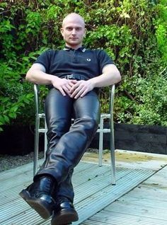 sexy skinhead in leather pants Leather Skin, Leather Trousers, Black Leather, Skin Head, Jeans En Cuir, Skinhead Men, Fred Perry Polo Shirts, Lederhosen, Leder Outfits