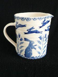 Un petit pichet/pot à lait avec des lièvres Bell Pottery