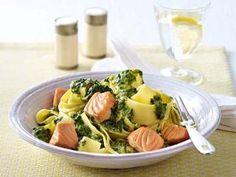 Bandnudeln mit Lachs Rezepte: Bandnudeln mit Zitronen-Lachs-Soße und jungem Spinat