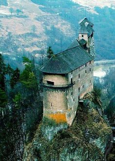 Orava Castle in Orvavsky Podzamok, Slovakia Chateau Medieval, Medieval Castle, Architecture Old, Beautiful Architecture, Beautiful Castles, Beautiful Places, Chateau Moyen Age, Castle Ruins, Amazing Buildings