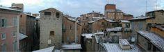 Ripropongo uno dei primi articoli del blog dedicato ai tetti di Siena (http://www.iltesorodisiena.net/2011/03/i-tetti-di-siena.html). È particolare ... forse mi son fatto prendere un po' la mano ... credo tuttavia di aver colto almeno un fondo di verità ...
