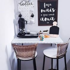 Cantinho mais fofo do café da querida seguidora Coffee Station Kitchen, Home Coffee Stations, Coffee Corner, Built In Cabinets, Cafe Bar, Home Decor Kitchen, Kitchen Storage, My Room, Decoration