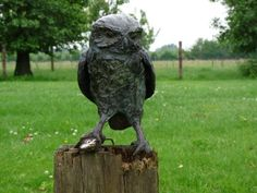 No Toccare-niet aankomen is een bronzen steenuil met prooi.| bronzen beelden en tuinbeelden van Jeanette Jansen |