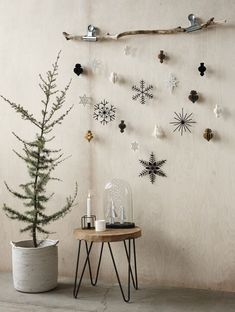 DIY Deko - 30 herbstliche Deko Ideen mit Zapfen basteln Weihnachtsdeko aus Papier an einem Ast dekoriert déco Paper Christmas Decorations, Christmas Paper, Rustic Christmas, Winter Christmas, Christmas Home, Christmas Trees, Frugal Christmas, Scandinavian Christmas Decorations, Modern Christmas Decor