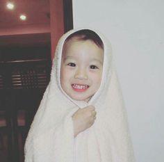 Lai Kuanlin Reenacted the Pose He Did Over 10 Years Ago. You Cannot Help But Smile Ear-to-Ear (Photos) My Bebe, Guan Lin, Jackson, Lai Guanlin, Idole, Asian Babies, Kim Jaehwan, Sanha, Kpop Boy