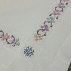 💞💞💞 Crochet Borders, Cross Stitch Borders, Cross Stitch Flowers, Cross Stitch Patterns, Wool Embroidery, Cross Stitch Embroidery, Embroidery Patterns, Bordados E Cia, Swedish Weaving
