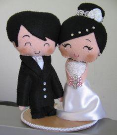 Topo de bolo para casamentos confeccionado em feltro. Tiny Dolls, Soft Dolls, Cute Crafts, Felt Crafts, Wedding Doll, Kokeshi Dolls, Doll Maker, Pretty Dolls, Felt Diy