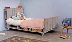 La cama consta de 1 palet y medio para el colchón, un palet para la cabecera, medio palet para el pie de cama. El conjunto está montado sobre cuatro ruedas y pintado en una pintura marrón.