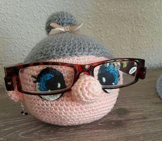 Patroon 'Sarah' brilhouder: knuffels-breien-e. Made by: msteinvoorn. Patroon 'Sarah' brilhouder: knuffels-breien-e… Made by: msteinvoorn. Crochet Eyes, Crochet Wool, Cute Crochet, Crochet Keychain Pattern, Crochet Patterns Amigurumi, Crochet Christmas Gifts, Crochet Gifts, Cupcake Dolls, Crochet Sunflower