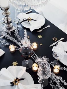 Gold stars scattered across the black and white tablescape #wedding #gold #goldblack #tablesetting #reception