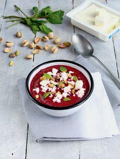 Soupe froide de betterave à la feta, menthe et pistaches