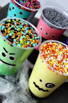 Monster Pudding Cup - Bright, fun monster theme for Halloween or monster birthday party. This is a fun monster pudding cup treat that your kids will love to help out with. Works with mini cups and cup cakes as favors. Theme Halloween, Halloween Goodies, Halloween Cupcakes, Holidays Halloween, Happy Halloween, Halloween Birthday, Halloween Makeup, Frozen Halloween, Birthday Ideas