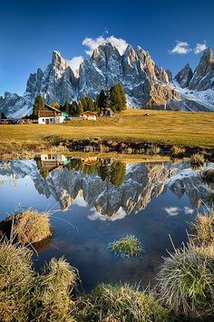 Por supuesto, toda casa es construida por alguien, pero el que ha construido todas las cosas es Dios. (Dolomiten Südtirol) SB