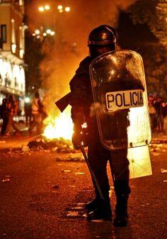El repunte de los ultras / @el_pais_madrid | #madridmemata Swat Police, Police Cars, National Police, Thin Blue Lines, Law Enforcement, Cops, To Go, Darth Vader, The Unit