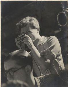Gerda Taro, joven y osada, murió en 1937 en España, en el frente de Brunete. Su carrera de reportera de guerra había sido tan efímera como intensa: poco más de un año cubriendo la Guerra Civil española. Había llegado a la fotografía de la mano de un gigante, Robert Capa. Formaban pareja en lo personal y lo profesional,