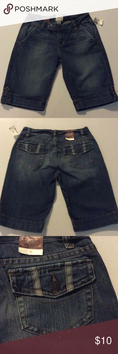 Aeropostale Denim Shorts Aeropostale Denim Shorts ➖ cute detail ➖ 98% Cotton 2% Spandex Aeropostale Shorts Jean Shorts