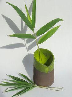 Diese Vasenserie der Keramikerin Saskia Lauth besteht aus Röhrenvasen in verschiedenen Höhen. Von Hand in dunkelbraunem Ton geformt und mit einer gelbgrünen Glasur im Inneren und am oberen Rand versehen, erinnern diese schlanken Vasen an Bambushalme. Keramik Vase, Planter Pots, Bronze, Ceramics, Vases, Bamboo, Clay, Get Tan, Ceramica