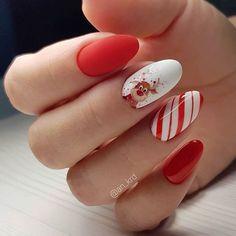 32 Cute Christmas Nail Art Ideas / Holiday Nails: These holiday-themed nail art designs will make your nails sparkle this season. Nail Art Noel, Xmas Nail Art, Cute Christmas Nails, Christmas Nail Art Designs, Xmas Nails, Holiday Nails, Halloween Nails, Nail Art Courses, Gel Nails