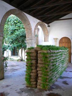 Mona Hatoum – Hanging Garden (Jardín colgante – Instalación, 2008) Patio de la Cancela, Palacio de Viana, Plaza Don Gome, Córdoba (España)