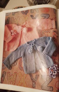 Lidy Dulce bebé. : Tutorial de la chaqueta azul con el borde a ganchillo. Colchas Quilting, Baby Sweaters, Origami, Knit Crochet, Reusable Tote Bags, Quilts, Knitting, Patterns, Top