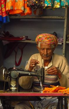 turban-man-and-sewing-machine-udaipur❤️ In This World, We Are The World, People Around The World, New Delhi, Foto Picture, India Street, Mother India, Indian Face, Art Tribal